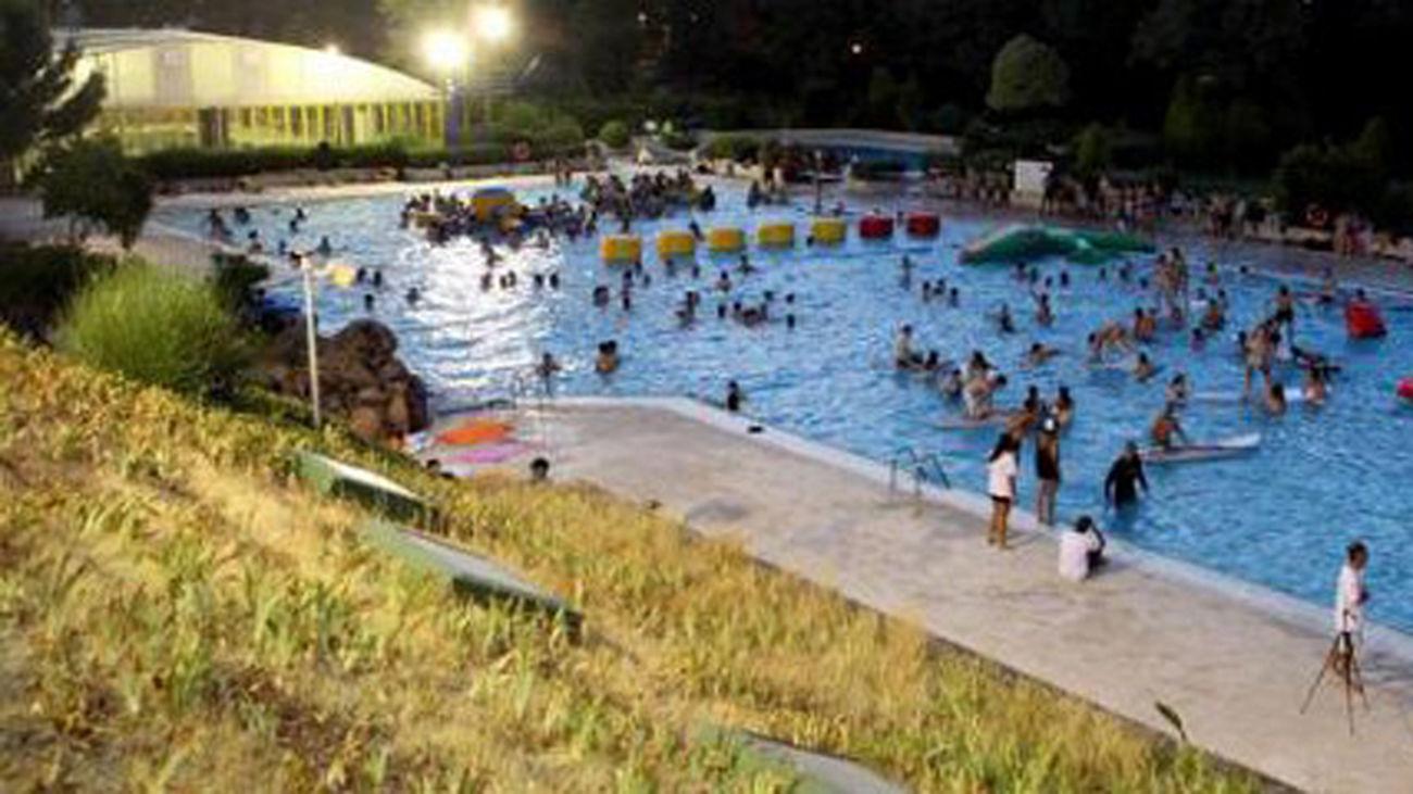 Qu tal un chapuz n nocturno en la piscina municipal de for Piscina alcobendas