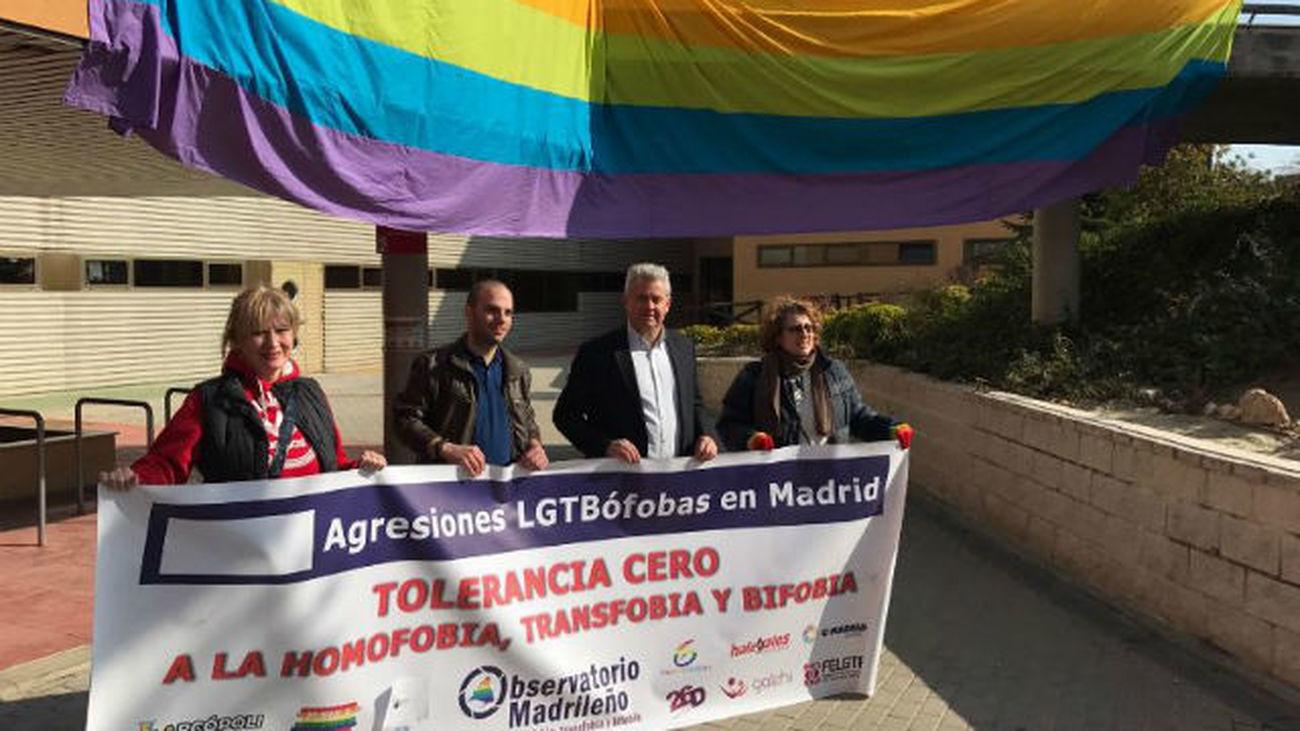 Ayuntamientos madrileños reparten cordones arcoíris contra la homofobia ad672cc4c2c7f