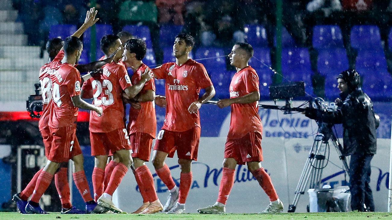 Los jugadores del Real Madrid celebran el gol de Karim Benzema ante el  Melilla en Copa 85e333bc3c01e