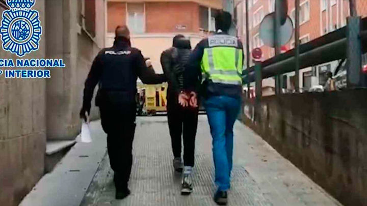 El grafitero que apuñaló a un vigilante de Metro no comparece ante el juez e incurre en obstrucción judicial