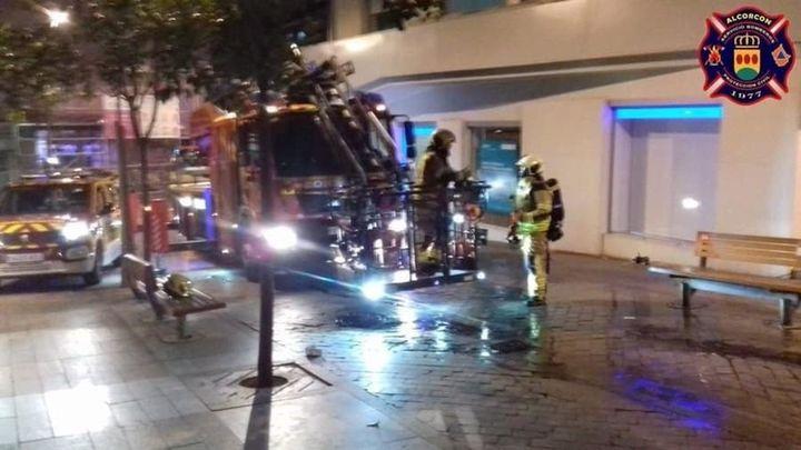 Cinco agentes intoxicados al rescatar a una persona en un incendio en Alcorcón