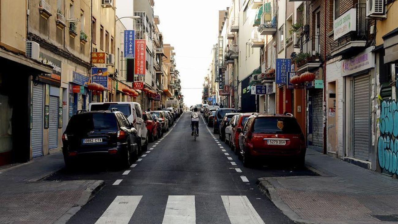 Una calle del distrito de Usera, sin apenas gente